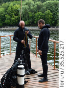 Боевые пловцы проверяют снаряжение перед погружением в воду (2016 год). Редакционное фото, фотограф Free Wind / Фотобанк Лори