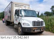 Американский грузовик припаркован на обочине дороги. An American truck is parked on the side of the road. Редакционное фото, фотограф Мария / Фотобанк Лори