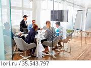 Business Leute bei einer Projekt Planung im Meeting oder einem Workshop. Стоковое фото, фотограф Zoonar.com/Robert Kneschke / age Fotostock / Фотобанк Лори