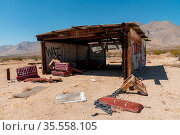 Abandoned house camper trailer in the middle of the desert in California... Стоковое фото, фотограф Zoonar.com/Thomas De Wever / age Fotostock / Фотобанк Лори