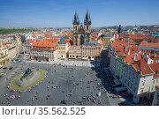 Вид с высоты на Староместскую площадь  солнечным апрельским днем. Прага. Редакционное фото, фотограф Виктор Карасев / Фотобанк Лори
