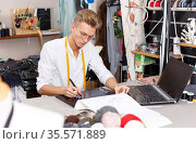 Tailor using laptop and graphics tablet. Стоковое фото, фотограф Яков Филимонов / Фотобанк Лори