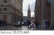 Пешеходы на городской улице облачным мартовским вечером. Стокгольм, Швеция (2019 год). Редакционное видео, видеограф Виктор Карасев / Фотобанк Лори
