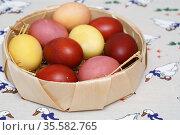 Пасхальные яйца, крашеные мареной красильной, куркумой и луковой шелухой. Стоковое фото, фотограф Dmitry29 / Фотобанк Лори