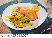 Grilled salmon fillet with garnish of baked potatoes. Стоковое фото, фотограф Яков Филимонов / Фотобанк Лори