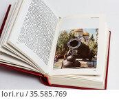 Раскрытая книга путеводитель по Москве. Редакционное фото, фотограф Игорь Низов / Фотобанк Лори