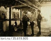Boys at Lehr, Glass Works, Morgantown, West Virginia.  1908. Редакционное фото, агентство World History Archive / Фотобанк Лори