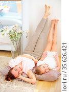 Mutter und Tochter bei Entspannung zu Haus im Wohnzimmer. Стоковое фото, фотограф Zoonar.com/Robert Kneschke / age Fotostock / Фотобанк Лори