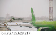 De-icing treatment of aircraft surfaces. Редакционное видео, видеограф Игорь Жоров / Фотобанк Лори