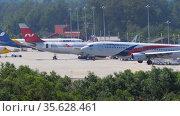Malaysia Airlines Boeing 737 flies to land from the sea (2019 год). Редакционное видео, видеограф Игорь Жоров / Фотобанк Лори