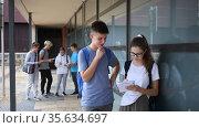 Carefree teen students friendly talking near college building in warm autumn day. Стоковое видео, видеограф Яков Филимонов / Фотобанк Лори