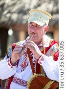 08/29/2020 Belarus, Lyaskovichi. Celebration in the city. An elderly... Стоковое фото, фотограф Zoonar.com/Svetlana / age Fotostock / Фотобанк Лори