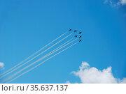 Sechs flugzeuge fliegen schnell und steil nach oben bei einer flugshow. Стоковое фото, фотограф Zoonar.com/thomas eder / age Fotostock / Фотобанк Лори