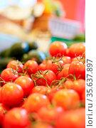 Viele frische reife Tomaten zum Verkauf im Supermarkt. Стоковое фото, фотограф Zoonar.com/Robert Kneschke / age Fotostock / Фотобанк Лори