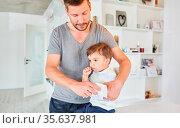 Alleinerziehender Vater betreut seinen Sohn fürsorglich zu Hause ... Стоковое фото, фотограф Zoonar.com/Robert Kneschke / age Fotostock / Фотобанк Лори