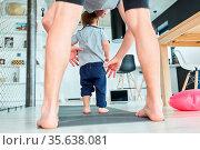 Vater und Sohn auf einer Turnmatte im Wohnzimmer mit Laptop PC im... Стоковое фото, фотограф Zoonar.com/Robert Kneschke / age Fotostock / Фотобанк Лори