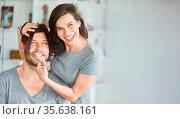 Junges Paar beim selber Haare schneiden macht Unfug mit langem Haar... Стоковое фото, фотограф Zoonar.com/Robert Kneschke / age Fotostock / Фотобанк Лори