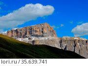 Schoene steile felsen in den bergen im sommer mit blauen himmel. Стоковое фото, фотограф Zoonar.com/thomas eder / age Fotostock / Фотобанк Лори