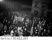 Crowd awaiting TITANIC survivors Creator(s): Bain News Service, publisher... Редакционное фото, агентство World History Archive / Фотобанк Лори