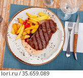 Spicy veal entrecote with baked potatoes and sauce. Стоковое фото, фотограф Яков Филимонов / Фотобанк Лори