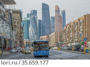 Городской автобус на Большой Дорогомиловской улице солнечным апрельским днем. Москва. Редакционное фото, фотограф Виктор Карасев / Фотобанк Лори