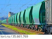 Железнодорожный грузовой состав на рельсах. Стоковое фото, фотограф FMRU / Фотобанк Лори