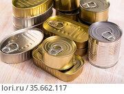 Golden and silver tin cans. Стоковое фото, фотограф Яков Филимонов / Фотобанк Лори