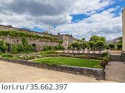 Анже, Франция. Парк за крепостными стенами замка (2017 год). Редакционное фото, фотограф Rokhin Valery / Фотобанк Лори