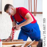 Contractor working in the workshop. Стоковое фото, фотограф Elnur / Фотобанк Лори