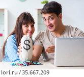 Couple wnning money in online casino. Стоковое фото, фотограф Elnur / Фотобанк Лори