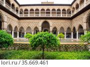 Patio de las Doncellas courtyard in the Royal Alcazars of Seville (2019 год). Стоковое фото, фотограф Юлия Белоусова / Фотобанк Лори