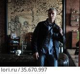 Мужчина фотограф в зеркале. Редакционное фото, фотограф Дмитрий Неумоин / Фотобанк Лори