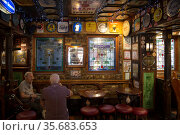 Great Britain, Northern Ireland, Belfast - Duke of York, Irish pub with cult status in the city center, mainly frequented by Catholics and tourists (2019 год). Редакционное фото, агентство Caro Photoagency / Фотобанк Лори