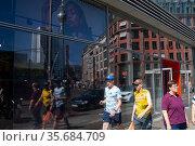 Berlin, Germany, street scene with pedestrians at Hackescher Markt in Mitte district (2018 год). Редакционное фото, агентство Caro Photoagency / Фотобанк Лори