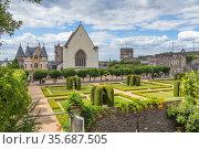 Анже, Франция. Живописный парк и средневековые постройки внутри замка (2017 год). Редакционное фото, фотограф Rokhin Valery / Фотобанк Лори