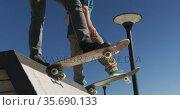 Low section of two male friends skateboarding on sunny day. Стоковое видео, агентство Wavebreak Media / Фотобанк Лори