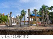 Древний буддистский храм Амбастала Дагоба (Sila Cetiya) на Манговом плато солнечным утром. Михинтале, Шри-Ланка (2020 год). Стоковое фото, фотограф Виктор Карасев / Фотобанк Лори