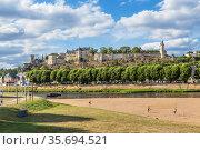 Шинон, Франция. Живописный вид королевского замка на берегу реки (2017 год). Редакционное фото, фотограф Rokhin Valery / Фотобанк Лори