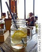 Лимонад в стеклянной кружке на столике в ресторане. Стоковое фото, фотограф Мария Кылосова / Фотобанк Лори