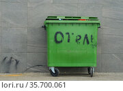 """Мусорный бак с надписью """"отель"""". Зеленый контейнер для отходов. Стоковое фото, фотограф Яковлев Сергей / Фотобанк Лори"""