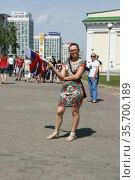 Девушка с российскими флажками, Минск, Беларусь (2014 год). Редакционное фото, фотограф Марина Шатерова / Фотобанк Лори