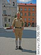 Мужчина в старой солдатской форме (2014 год). Редакционное фото, фотограф Марина Шатерова / Фотобанк Лори