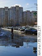 Весна в микрорайоне N 21, вид на двор многоэтажного жилого дома (2021год). Город Балашиха, Московская область, Россия. Редакционное фото, фотограф Bala-Kate / Фотобанк Лори