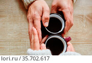 Zwei Hände berühren sich beim Kaffee trinken als Konzept für Zuneigung... Стоковое фото, фотограф Zoonar.com/Robert Kneschke / age Fotostock / Фотобанк Лори