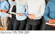 Business Leute machen sich Notizen im Stehen in einer Schulung oder... Стоковое фото, фотограф Zoonar.com/Robert Kneschke / age Fotostock / Фотобанк Лори