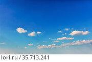 Blauer Himmel mit weißen Wolken an einem sonnigen Tag im Sommer. Стоковое фото, фотограф Zoonar.com/Robert Kneschke / age Fotostock / Фотобанк Лори
