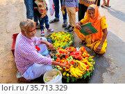 Local man selling fruit outside Jama Masjid in Fatehpur Sikri, Uttar... Стоковое фото, фотограф Zoonar.com/Don Mammoser / age Fotostock / Фотобанк Лори