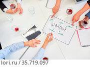 Viele Hände von Geschäftsleuten bei Strategie Planung im Business... Стоковое фото, фотограф Zoonar.com/Robert Kneschke / age Fotostock / Фотобанк Лори