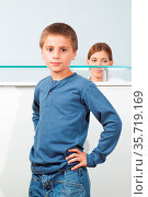Kind steht an der Anmelde-Theke beim Arzt. Стоковое фото, фотограф Zoonar.com/Robert Kneschke / age Fotostock / Фотобанк Лори