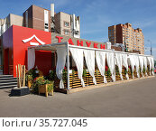 moscow, Russia -Sept 3. 2020 - Tanuki - Chinese food restaurant, summer terrace. Редакционное фото, фотограф Володина Ольга / Фотобанк Лори